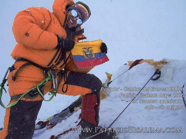 Patricio Tisalema en la cumbre del Everest en su primer ascenso en mayo del 2006