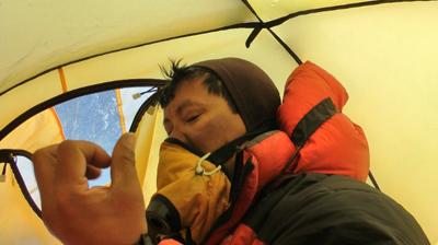 Dawa Sherpa explicando sobre su paralisis parcial